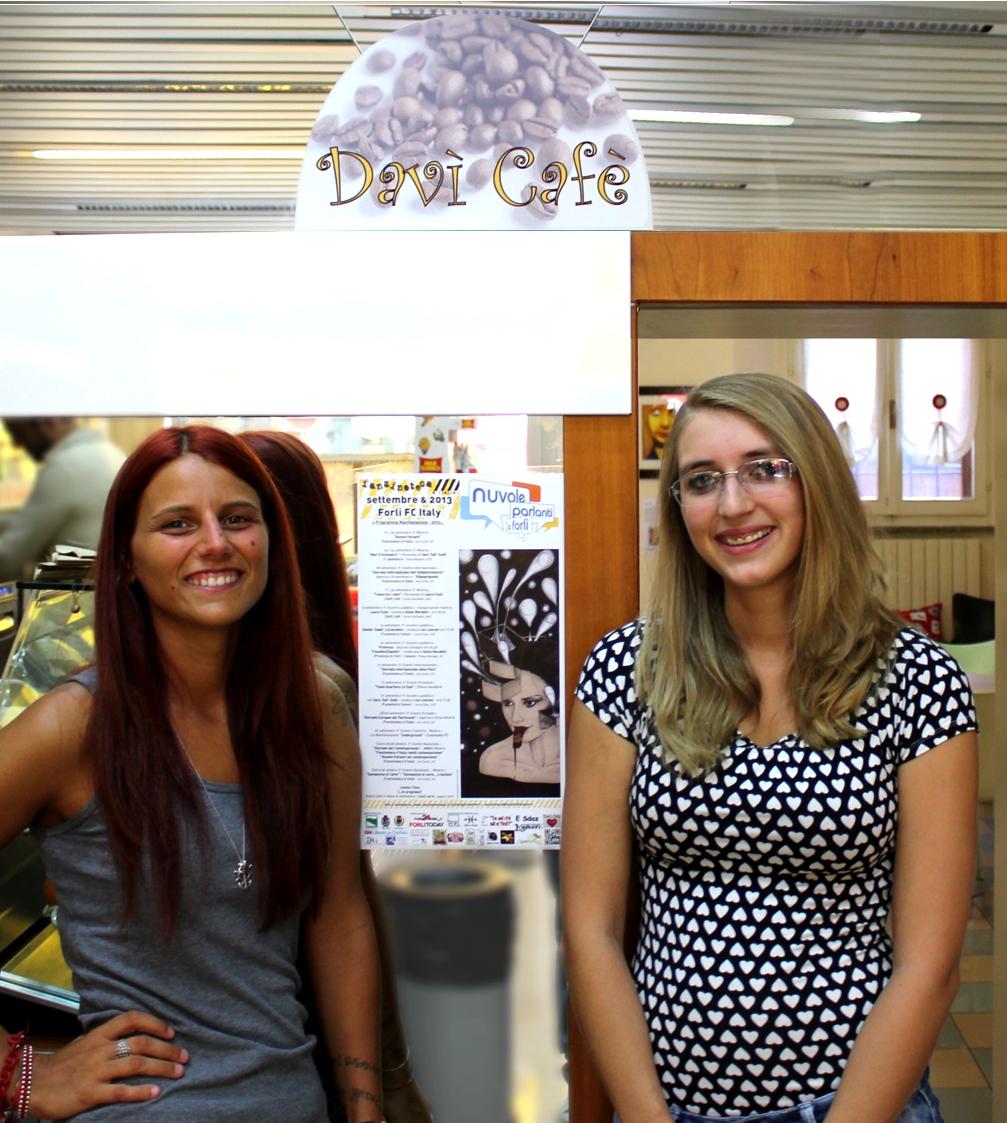 La giovane autrice Laura Fuzzi con la giovane titolare Daiana Zazzera al DaVì Cafè