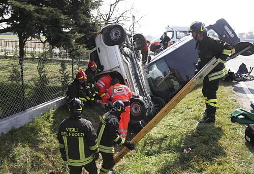 incidente auto nel fosso
