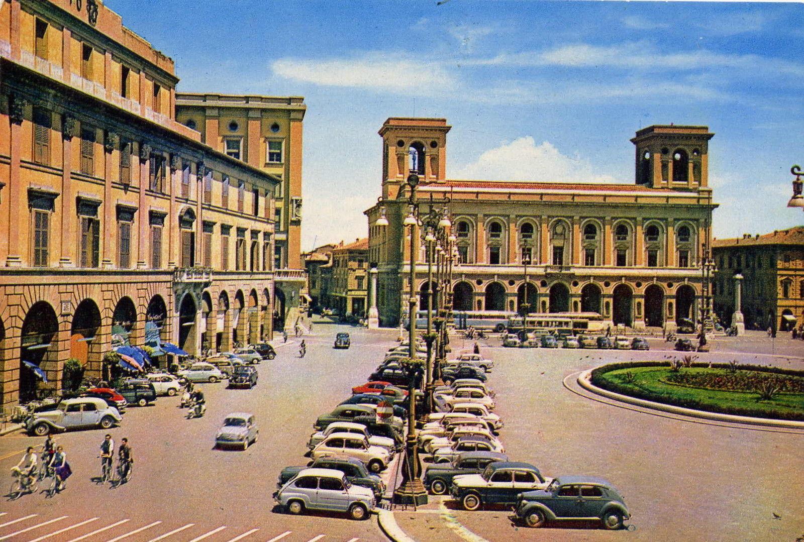 piazza saffi con le auto foto di Donato Zilio