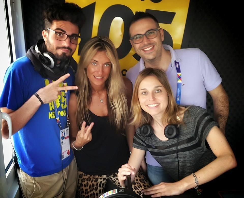 """ANDREA, BRYAN, VALERIA, DARIO E FABIOLA PRESENTANO A EXPO- RADIO 105 IL PROGETTO """"ELLIOT FOR WATER"""". Articolo di Rosetta Savelli"""